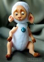 Веселая маленькая овечка. Выполнена из fimo miniature и флиса. Ушки и лапки подвижны, Высота куклы – 10 см, 2016